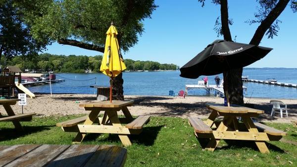 Pettit's Lake View Bar